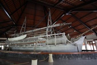 Reproduction d'un bateau ayant servi au transport des pierres du temple de Borobudur