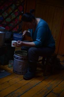 Tuya qui se lave les dents en Mongolie