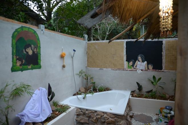 1ère salle de bain personnelle de Momo à l'orphelinat en Thaïlande