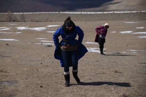 Marion et Coralie pendant la pause pipi de la randonnée à cheval en Mongolie