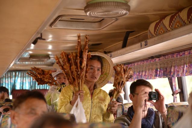Vente de brochette de viande dans le bus