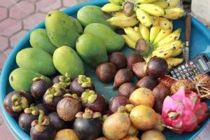 Panier de fruits exotiques, vendeuse de rue