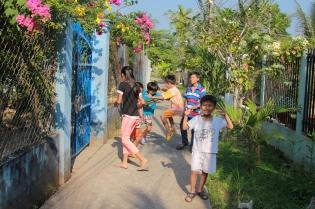 Enfants dans les quartiers locaux