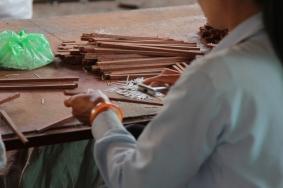 Déco, au marteau elles inserent du plastique fait dans les encoches avec la machine precedente